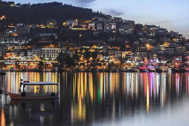 Alanya v noci - Turecko